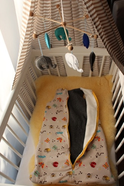 Eine Babywiege mit Schlafsack